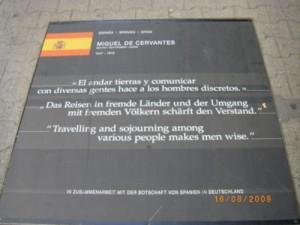 152 Viaje a Berlín. Frase de Cervantes al final de Friedbichstrasse (en barrio Turco). 16-08-2009 _500x375