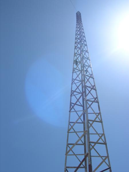Antena de comunicaciones en Faro de Finisterre con zapatillas colgando