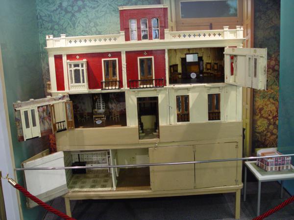 Casa de muñecas reproducción del edificio Bardín_600x450