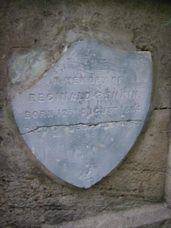 Inscripción de Reginald Rankin en monolito de la familia Rankin_338x450