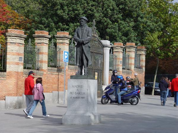 Monumento a Pio Baroja en la parte alta de la Cuesta de Moyano_600x450