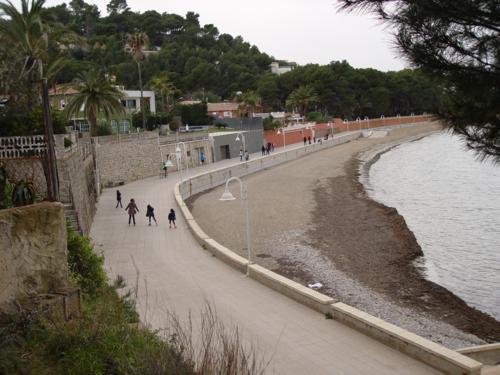 Paseo marítimo de la playa Marineta Casiana (Denia) desde el Cementerio Inglés_500x375