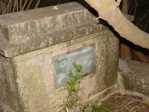 Restos de una de las tumbas en el Cementerio de los ingleses (Denia) 2_500x375