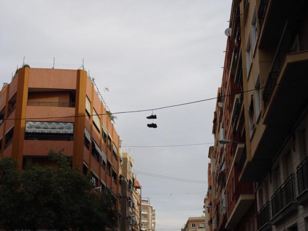 Zapatillas colgando de cable en la ciudad
