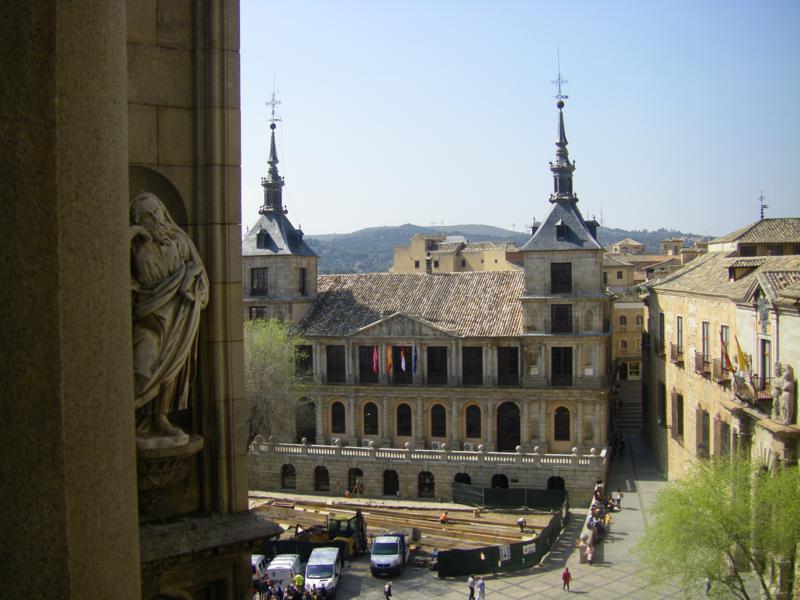 Vistas de la Plaza del Ayuntamientodesde  baldonada sobre el pórtico de las Palmas (Catedral de Toledo)
