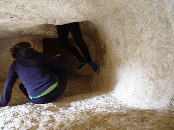 Pasando de una estancia a otra en el Interior de Les Coventes dels Moros (Bocairent)_600x450