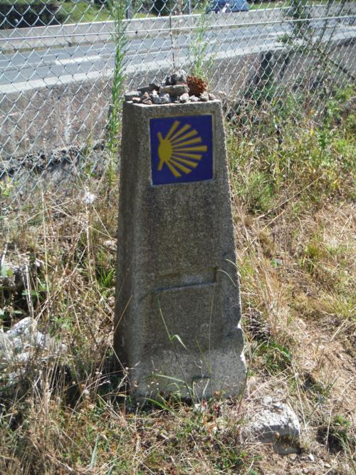 Mojón señalando el Camino en el Camino Inglés_500x667