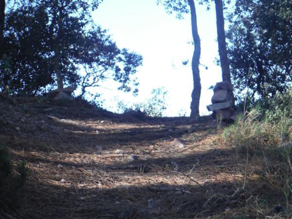 Montículo de piedras señalando el fin de la cuesta en un camino en la Sierra Espadan (Castellón)_600x450