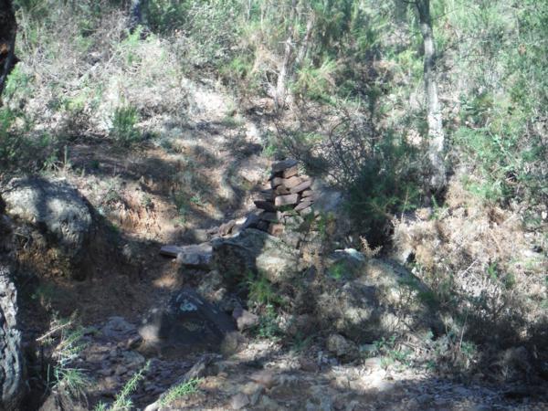 Montículo de piedras señalando en Camino en la Sierra Espadan (Castellón)_600x450