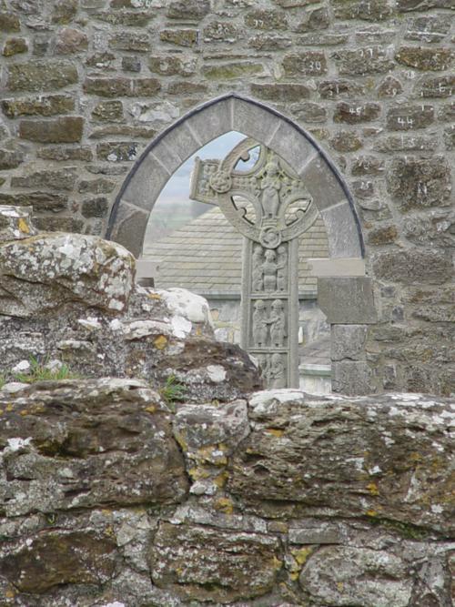 Cruz de los evangelios desde la Catedral, Monasterio de Clonmacnoise (Irlanda)_500x667