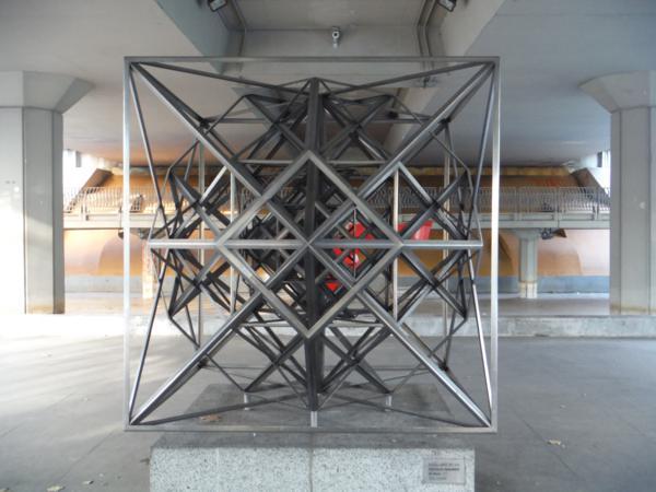 Estructuración hiperpoliédrica del espacio de Rafael Leoz_600x450