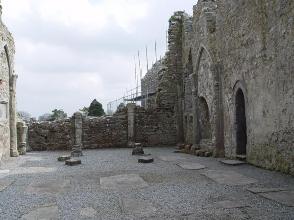 Interior de la Catedral, Monasterio de Clonmacnoise (Irlanda)_600x450