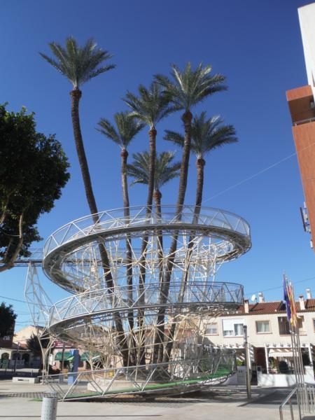 La palmera centenaria y su espectacular protección-mirador de Daya Vieja_450x600