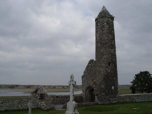 Templo de Finghin y campanario aledaño, Monasterio de Clonmacnoise (Irlanda)_600x450