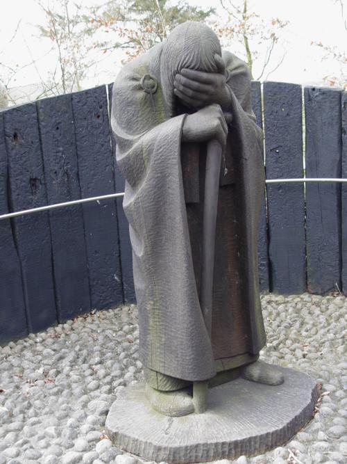Un peregrino fatigado. Monasterio de Clonmacnoise (Irlanda)_500x667