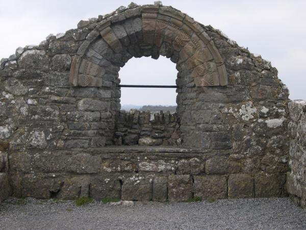 Ventana en el extremos del Templo de Finghin, Monasterio de Clonmacnoise (Irlanda)_600x450