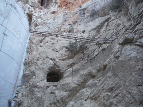 Antigua escalera de subida a lo alto de la presa de Isbert_500x375