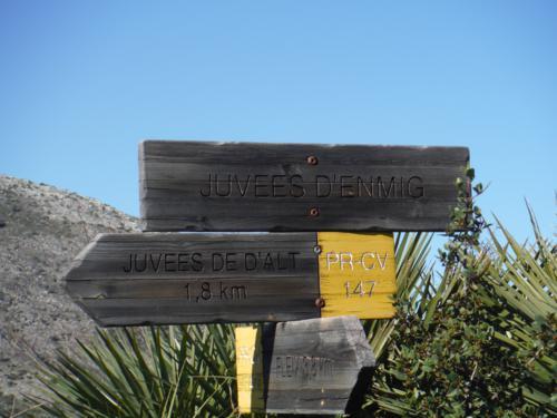 Cartel de Juvees d´enmig y ruta a seguir a Juvees de D´alt_500x375