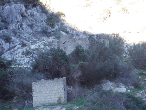 Construcción abandonada en el aledaño del río Girona_500x375