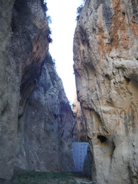 Estrecho de Isbert. Al fondo, la presa_450x600