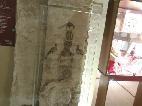 Manos de Fátima rodeada por tres pájaros en Museo de la España Mágica