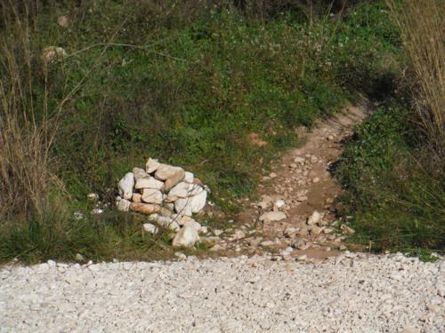 Montículo de piedra que señala la senda a seguir_500x375