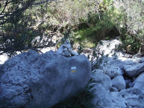 Montículos de piedra y marca de PR nos señalan la senda_500x375