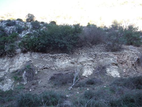 Restos de bancales aterrazados con ribazos de piedra en los aledaños del río Girona_500x375