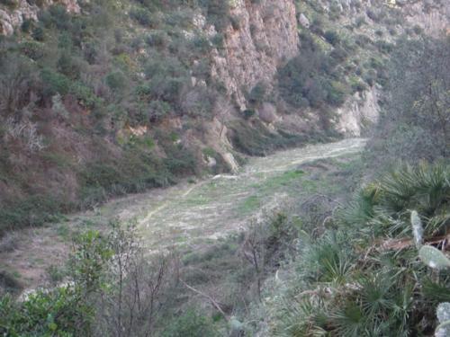Sendero en el lecho del río Girona_500x375