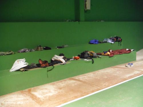 ¿Quién dijo que dormir en polideportivo no tuviera su encanto. De Betanzos a Hospital de Bruma
