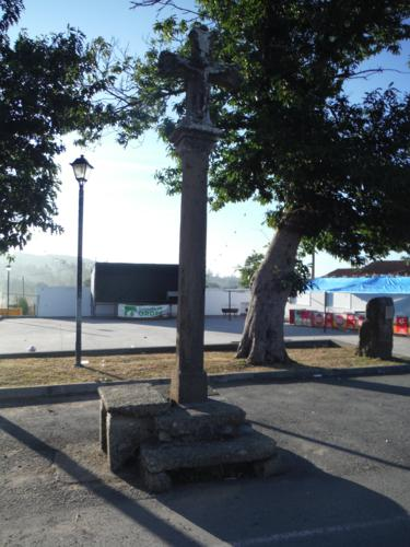 Cruceiro de la iglesia de San Pedro en Cabeza de Lobo. De Hospital de Bruma a Sigüeiro