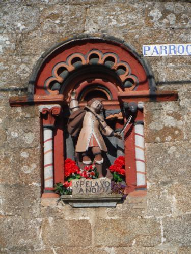 Detalle de la imagen exterior de la parroquia de San Pelayo de Buscas. De Hospital de Bruma a Sigüeiro