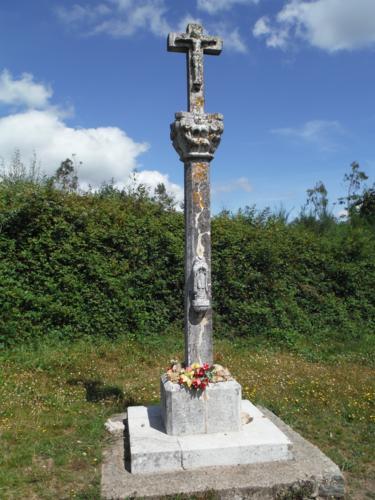 Detalles del Cruceiro de San Pedro de Vizoño. De Betanzos a Hospital de Bruma
