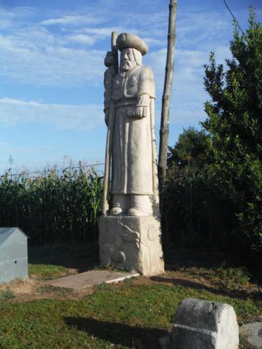 Escultura de Santiago en la aldea Cruz. De Hospital de Bruma a Sigüeiro