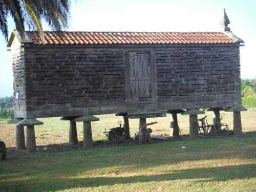 Horreo en la Aldea Cruz. De Hospital de Bruma a Sigüeiro