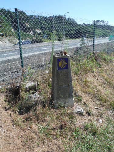 De Ferrol a Pontedeume. Mojón de Camino de Santiago en borde de la AP-9_375x500