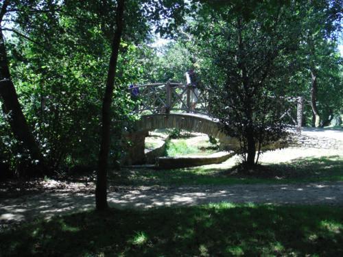 Parque arbolado que nos da la bienvenida en Sigüeiro. De Hospital de Bruma a Sigüeiro