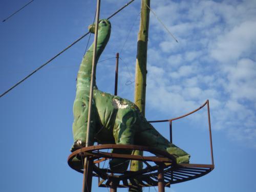 Pequeño dinosaurio al lado del horreo de la aldea Cruz. De Hospital de Bruma a Sigüeiro