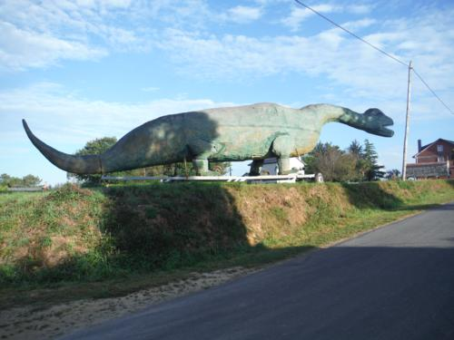 Remolosaurio en aldea Cruz. De Hospital de Bruma a Sigüeiro