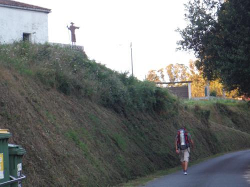 Subida con estatua de peregrino a 1 kilómetro en la salida de Betanzos. De Betanzos a Hospital de Bruma