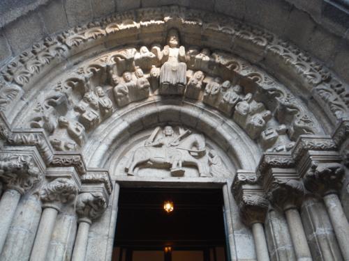 Timpano de la puerta principal de la Iglesia de Santiago en Betanzos. De Pontedeume a Betanzos