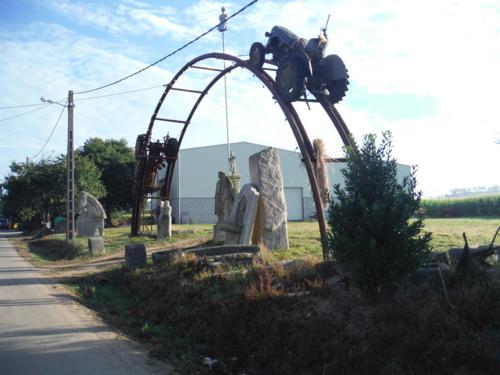Tractor encima de puente en Aldea Cruz. De Hospital de Bruma a Sigüeiro