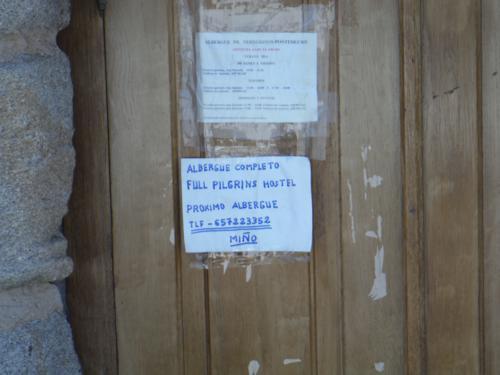 De Ferrol a Pontedeume. Uno de los carteles que más odian los peregrinos, Albergue completo_500x375