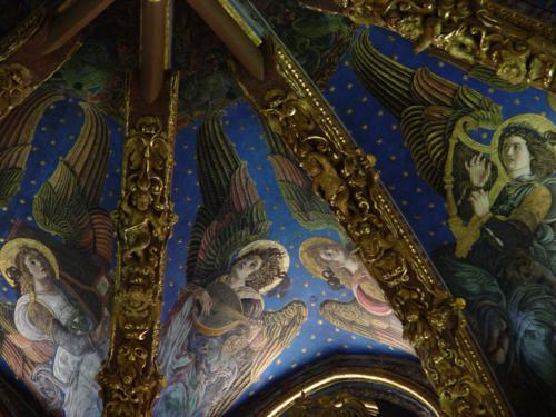 Ángeles tocando un laúd y una pequeña viola de arco. Los ángeles renacentistas de la Catedral de Valencia