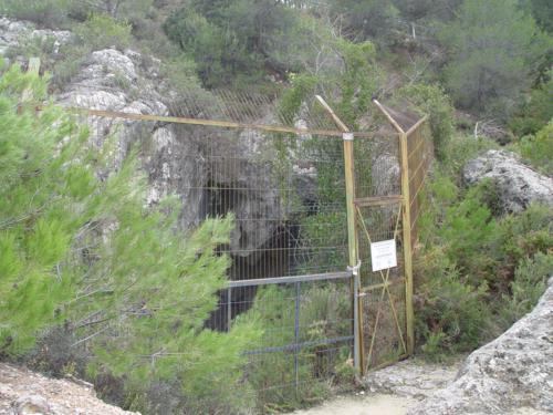 Boca de entrada de la Cova Joliana. Red para murciélagos del Barranco de la Batalla