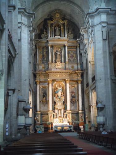 Interior de la Iglesia de San Francisco en Santiago de Compostela. De Sigüeiro a Santiago de Compostela
